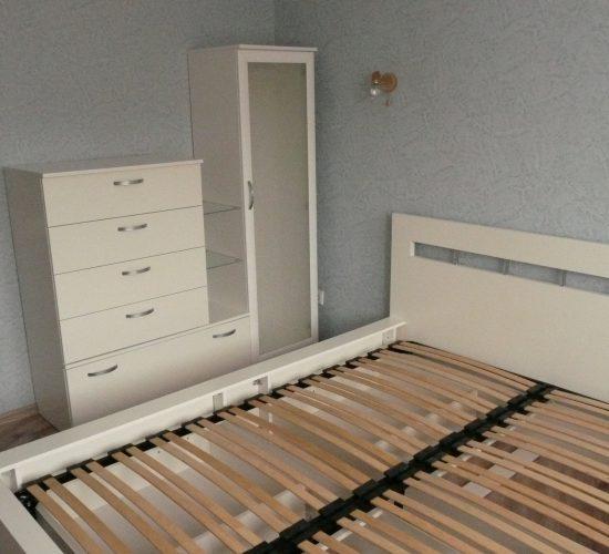 Просторная кровать и оригинальный комод.