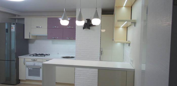 Кухня. Нежных цветов фасады, подсветка, необычный дизайн