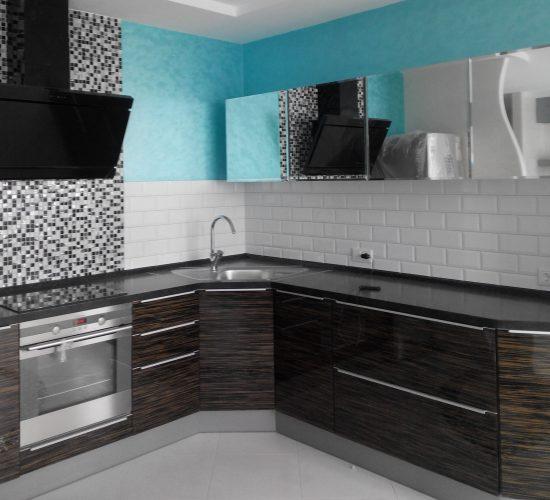 Кухня с фасадами из шпона «Эбен» и зеркалами