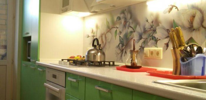 Кухня белая с мятным