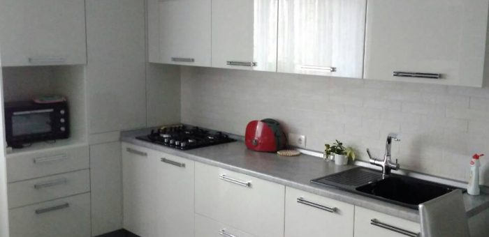 Кухня светло-серая