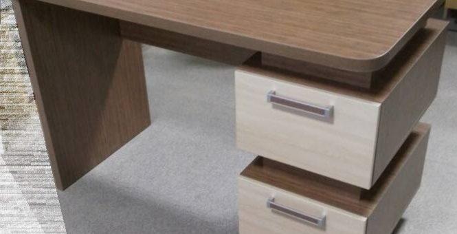 Небольшой оригинальный стол
