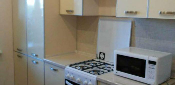 Кухня с пластиковыми фасадами в алюминиевом профиле