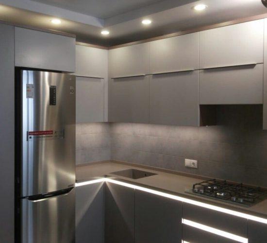 Кухня со множеством подсветки