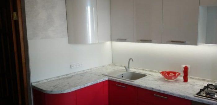 Кухня с красными нижними шкафами