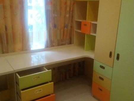 Разноцветный набор мебели