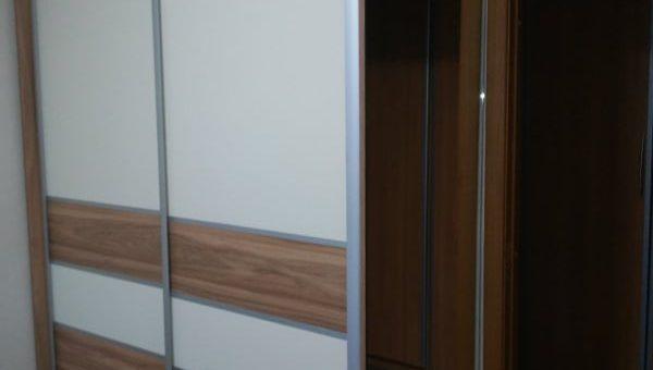 Шкаф-купе с зеркальной боковиной