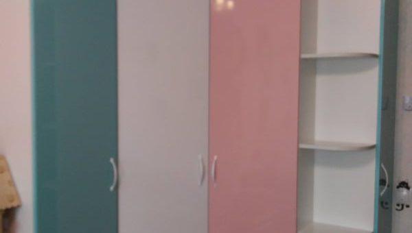 Угловой разноцветный шкаф