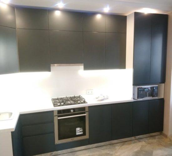 Тёмно-серая кухня