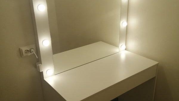Туалетный стол с лампами
