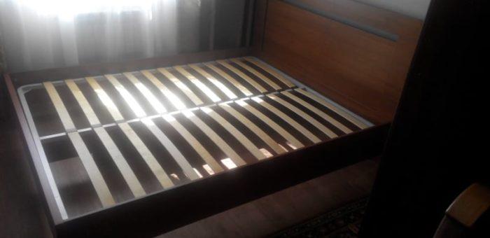 Кровать с вырезом в спинке