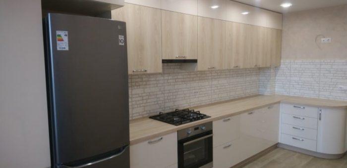 Кухня древесно-бежевая