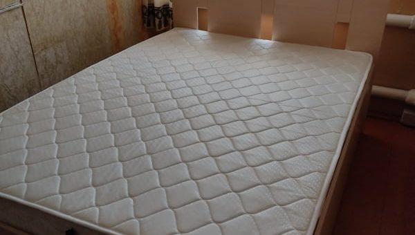 Кровать со спинкой с прорезями