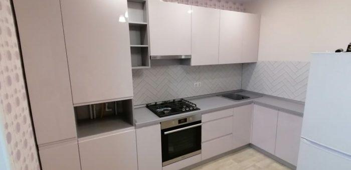 Кухня серебристо-бежевая
