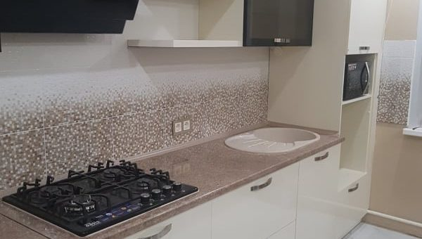 Кухня с мозаичным фартуком