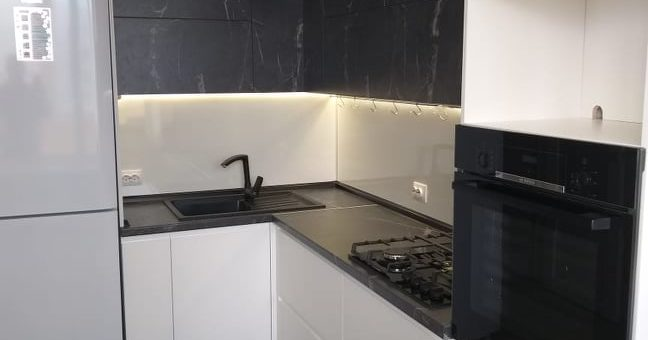 Кухня с мраморными фасадами