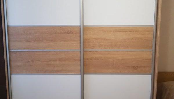 Шкаф-купе с горизонтальными вставками