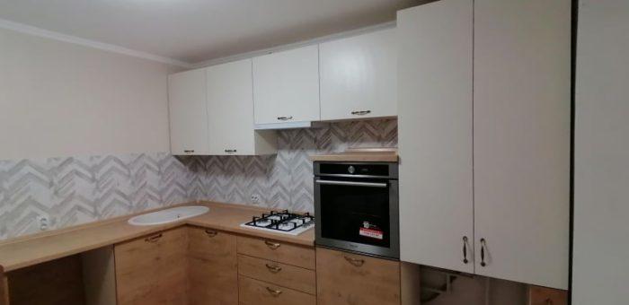 Кухня белая с древесным