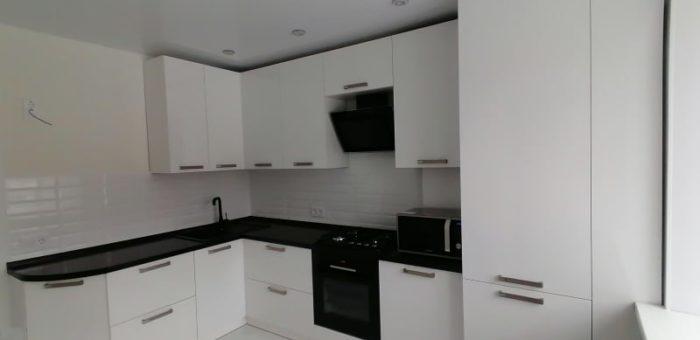Кухня с чёрной глянцевой столешницей