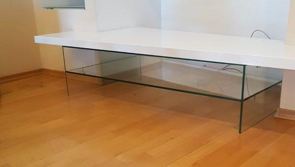 Стол на стеклянных ножках