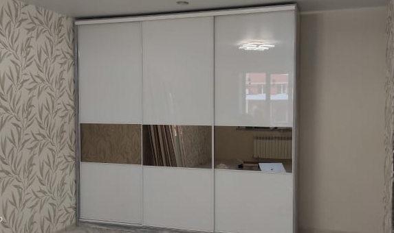 Шкаф с белыми стёклами