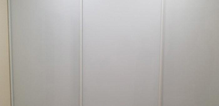 Шкаф с белыми стеклами
