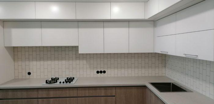 Кухня с алюминиевыми ручками